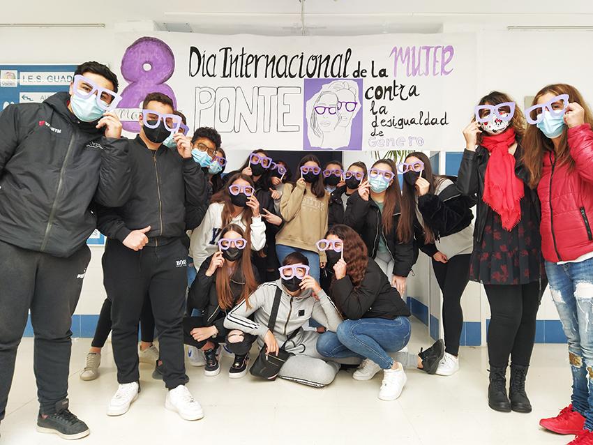 El IES Guadalpín se pone gafas violetas para sensibilizar contra  la desigualdad de género el día internacional de la mujer